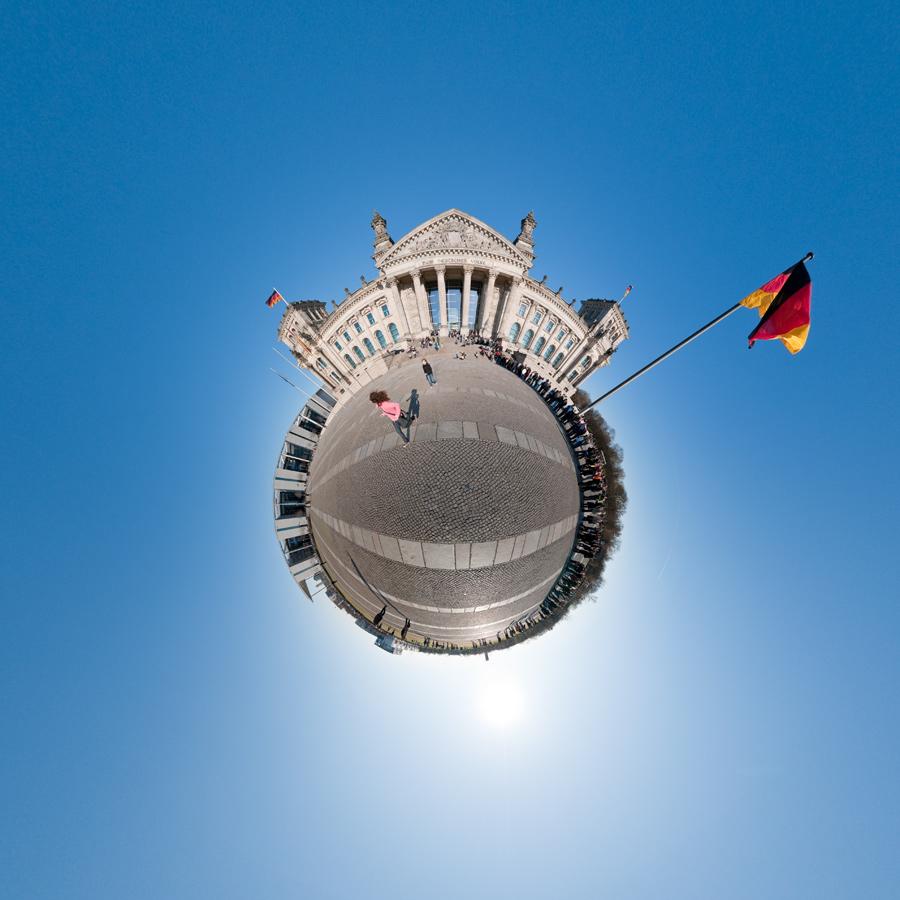 Kleiner Planet Berlin - Platz der Republik, vor dem Reichstagsgebäude in Berlin