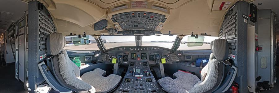 Panorama eines Lufthansa-Cockpits