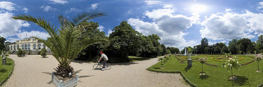 Die Kölner Flora mit Radfahrer