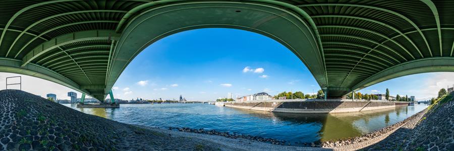 Unter der Severinsbrücke mit Deutzer Hafen