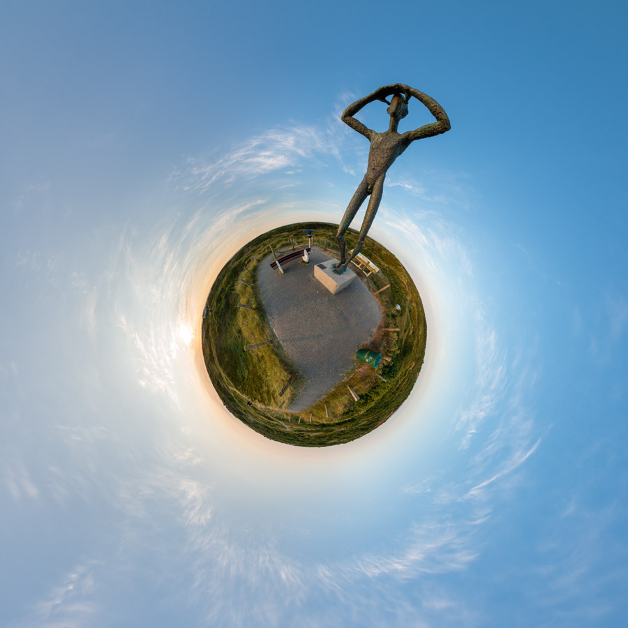 Little Planet De Uitkieker – Bronzebildwerk von Hannes Helmke