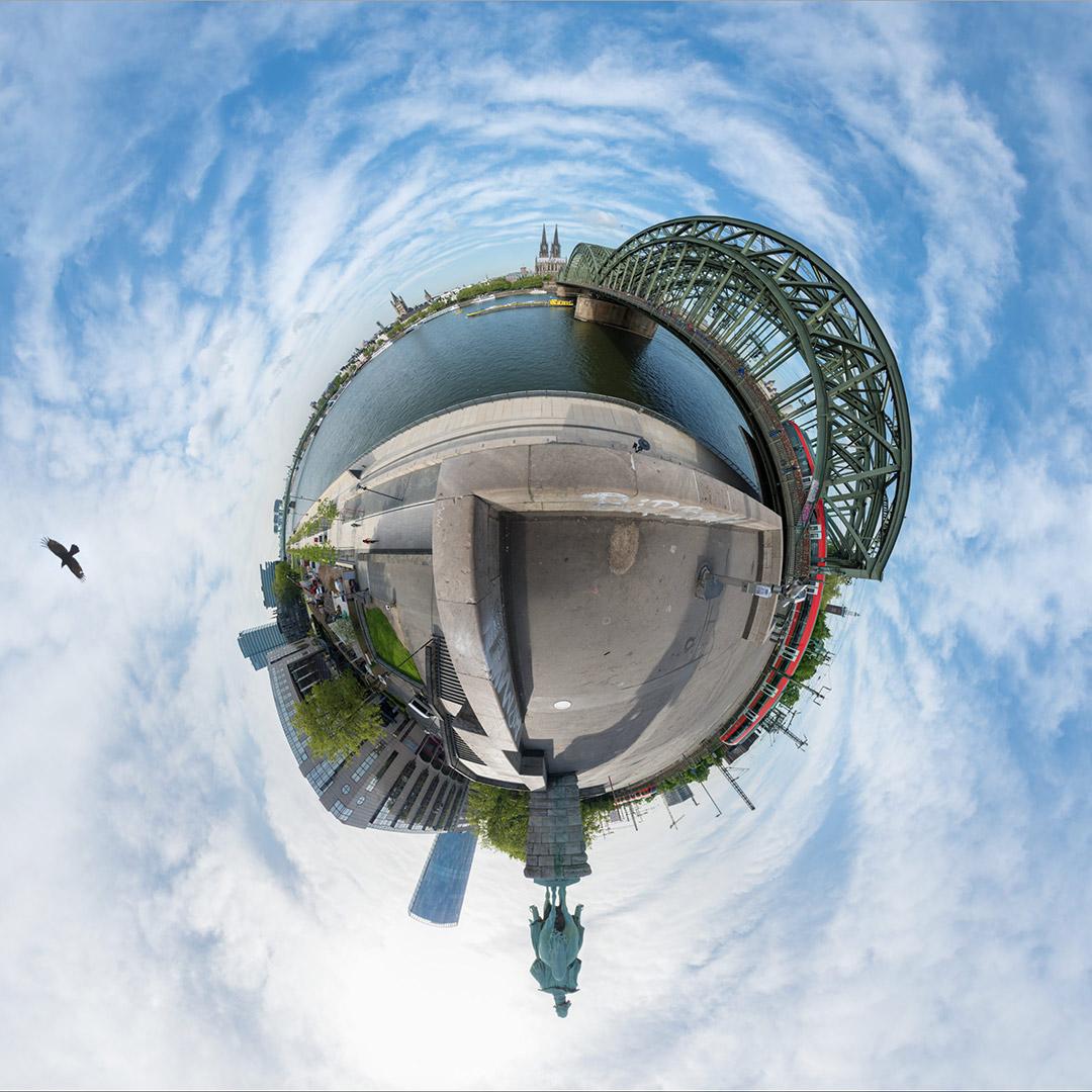 Little Planet | Köln Deutz mit Hohenzollernbrücke, Hyatt, Bahn, Reiterdenkmal, Rhein und Dom #1887 | 05.2018